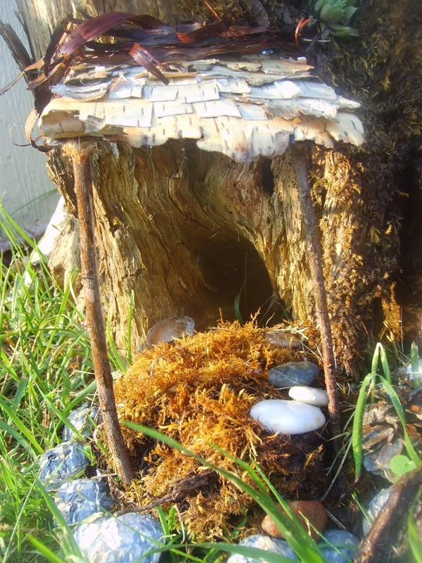 Fairy doors 9 creative fairy doors ideas you can do yourself for Hollow tree trunk ideas